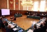 """Sesja Rady Miasta w Sopocie. Zespół Szkół Handlowych z nową siedzibą. Radni przyjęli też rezolucję ws. """"lex deweloper"""""""