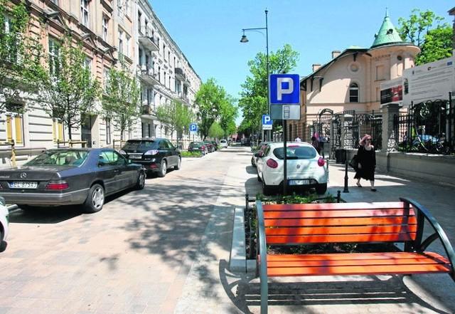 Na wyremontowanych ulicach położono granitową kostkę. Chodniki zostały poszerzone. Ustawiono nowe latarnie, ławki i stojaki na rowery