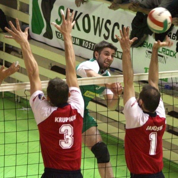 Dawid Migdalski (w środku) przebija się przez blok Macieja Krupnika i Josefa Janosika.