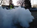 """Dym z samochodu na ul. Wichrowej zszokował policjantów z Poznania. """"To mazda na ekogroszek?"""""""