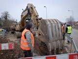 Wrocław: Budują kanalizację oraz przyłącza do sieci gazowej. Spore utrudnienia na trzech ulicach