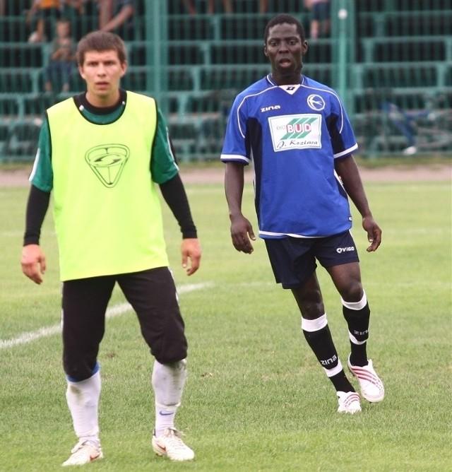 Nigeryjczyk Ifeanyi Chukwuka Nwachukwu (z prawej, obok piłkarz Stali, Piotr Gilar) przyjedzie na trening do Stalowej Woli.