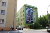 Kontrowersyjna reklama zawisła w centrum Opola. Baner ma uderzyć w uczestników Marszu Równości