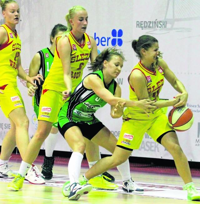 Od lewej, na żółto, ślęzanki: Monika Jasnowska i Agnieszka Czmochowska, która pokazuje, jak trzeba będzie w środę walczyć z ROW-em
