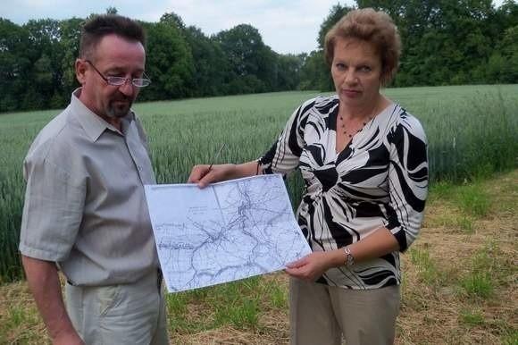 Elżbieta i Krzysztof Piotrowscy z Piorunkowic są gotowi sprzedać swoje pole na budowę zbiornika, byleby powstał jak najszybciej.