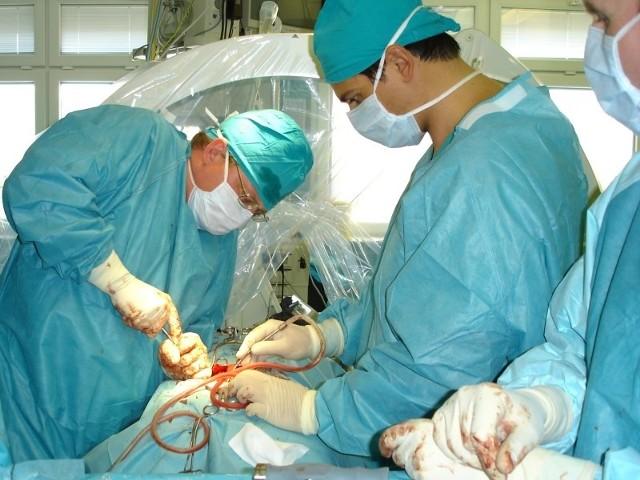 WCM w Opolu przekroczył limity, bo wykonuje skomplikowane operacje, często ratujące życie. Na zdjęciu zabieg na neurochirurgii.