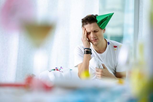 Podpowiadamy, jak za pomocą domowych sposobów złagodzić ból głowy, mdłości i pogorszone samopoczucie spowodowane kacem.