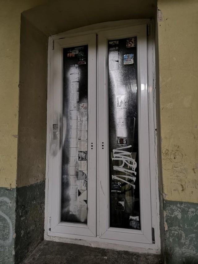 Pomalowane przez wandali okno przy ul. Podgórnej.