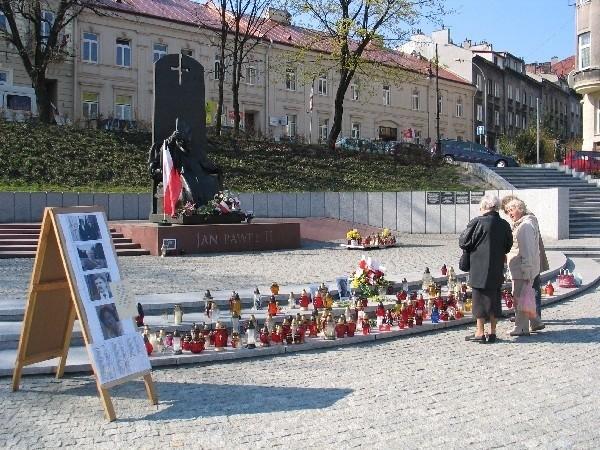 Pomnik Jana Pawła II na Pl. Niepodległości to najpopularniejsze w Przemyślu miejsce oddawania hołdu ofiarom katastrofy pod Smoleńskiem.