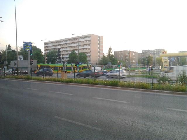 Wstrzymany ruch tramwajowy na skrzyżowaniu Dąbrowskiego i Żeromskiego
