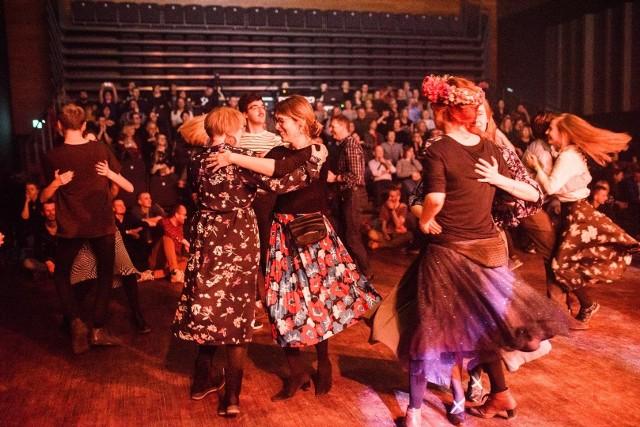 Na bydgoskich Ethniesach nie tylko się słucha, również się tańczy. W środku w kwiecistej spódnicy Dominika Kiss-Orska.