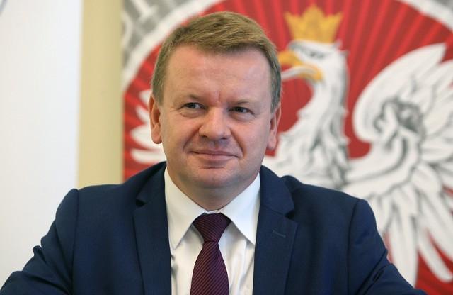 Grzegorz Wierzchowski (na zdjęciu), do końcówki sierpnia 2020 r. kurator oświaty w Łodzi, zyskał w swoim procesie przeciw edukatorkom seksualnym z Fundacji Spunk głośnego sojusznika. Byłego kuratora reprezentuje w sądzie przedstawiciel Ordo Iuris. >>> Czytaj dalej na kolejnym slajdzie >>>