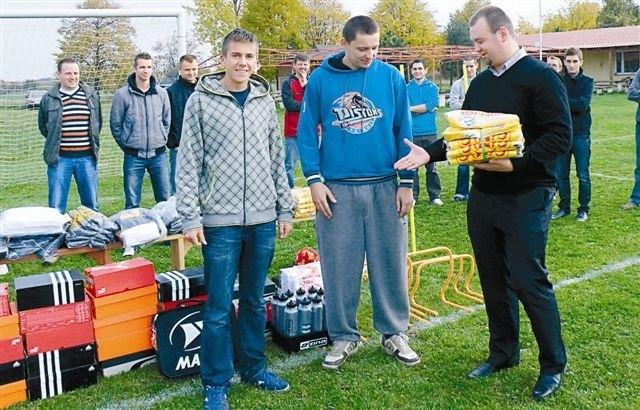 Sprzęt sportowy od przedstawiciela EPA Wind Marcina Drobnego odebrali piłkarze: Jakub Marecik i Ryszard Bończyk.