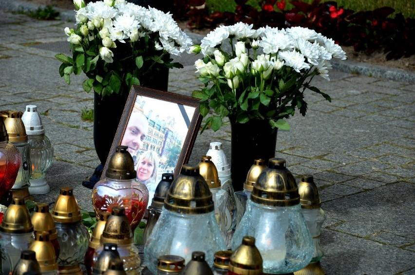Mieszkańcy Darłowa oddają hołd rodzinie, która zginęła w...