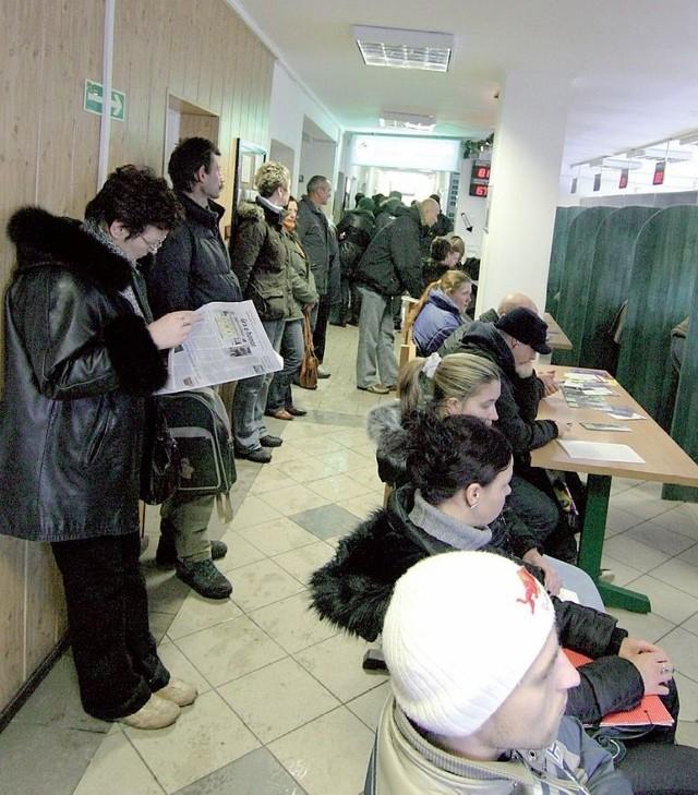 Bezrobotni czekający na rejestrację w Powiatowym Urzędzie Pracy.