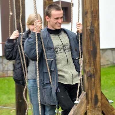 Pierwszego przejścia po wiszących linach tzw. małpiego gaju próbują Marcin i Patrycja. Z czasem na pewno nabiorą wprawy. Na razie tym sposobem zachęcają innych.