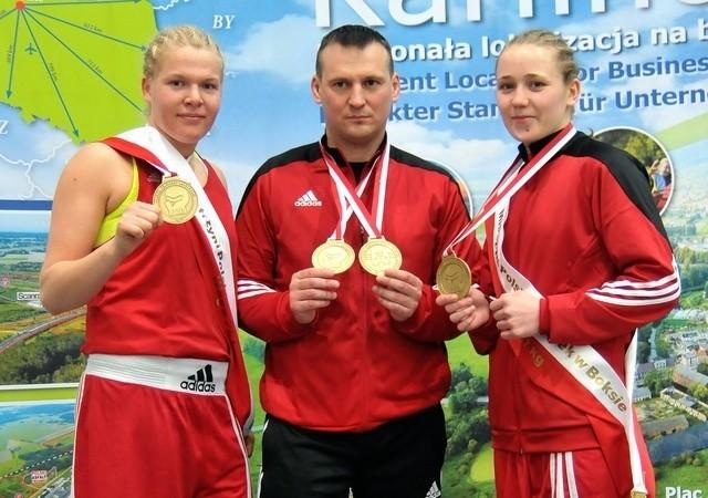 Elżbieta Wójcik (z lewej) i Paulina Jakubczyk oraz ich trener Tomasz Różański
