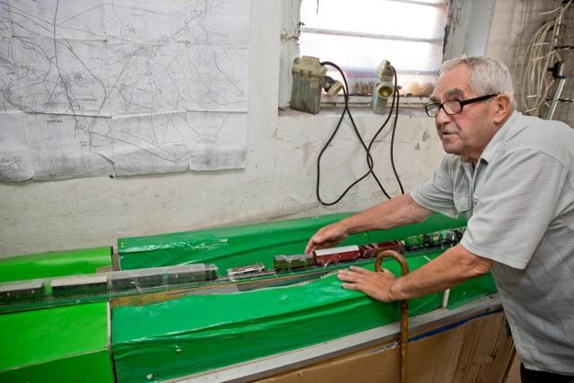 Tadeusz Słowikowski przy pozostałościach makiety, którą stworzył wiele lat temu. Przedstawia ona miejsce, w którym ma się znajdować tunel z pozostawionym w nim, cennym pociągiem.