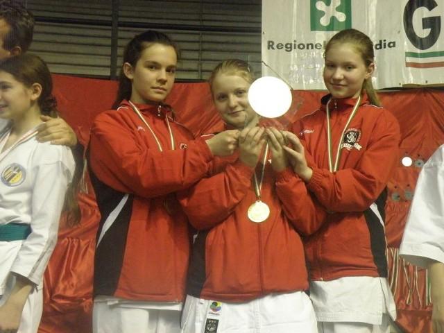 Złote medalistki w kata drużynowym młodziczek, od lewej: Zuzanna Dolata, Wiktoria Matuszewska, Julia Burak.