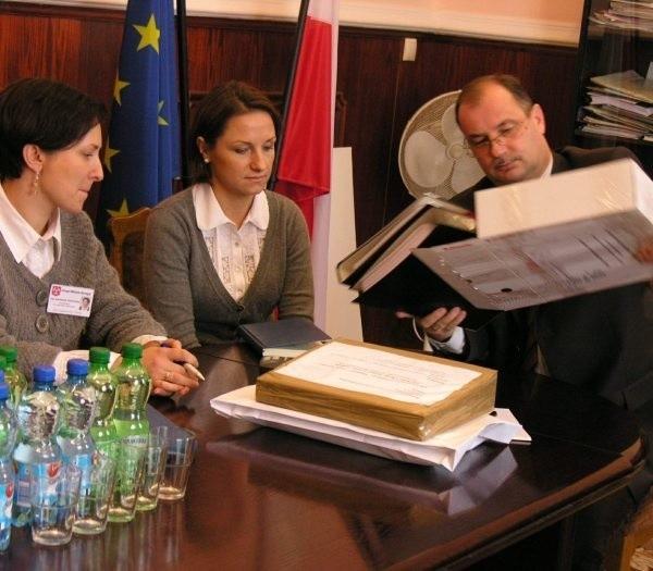 Komisja przetargowa bada teraz, czy złożone oferty są prawidłowe.
