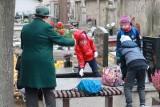 Łódź. Zaczęło się sprzątanie grobów z okazji Wszystkich Świętych. Problemem są liczne liście po niedawnych wichurach
