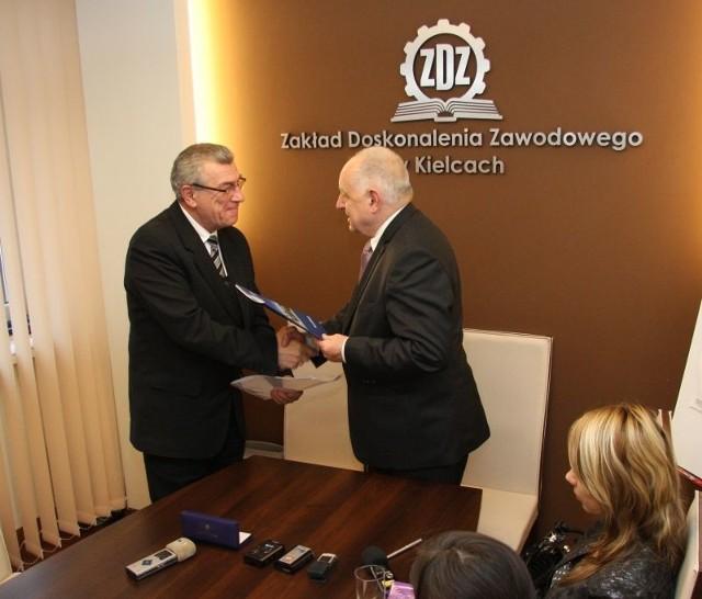 Umowę o wspólpracy podpisali profesor Stanisław Adamczak, rektor Politechniki Świętokrzyskiej i Jerzy Wątroba, prezes Zakładu Doskonalenia Zawodowego w Kielcach.
