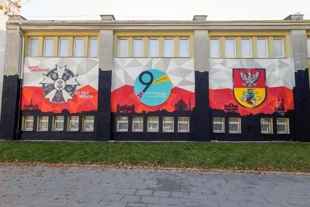 Jedna ze szkół które uczą hybrydowo jest Szkoła Podstawowa nr 9 im. 42 Pułku Piechoty w Białymstoku.