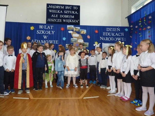 Uczniowie szkoły przygotowali przedstawienie nawiązujące do postaci patrona - Kornela Makuszyńskiego.