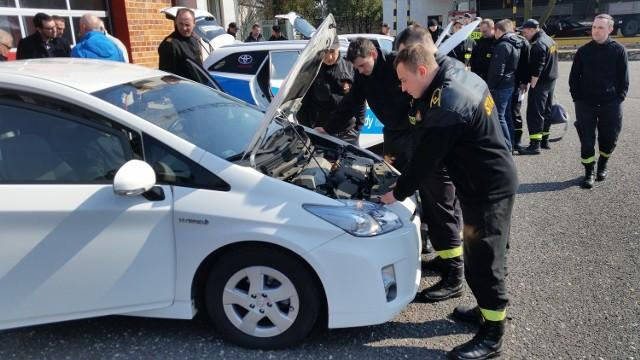 Szkoleniowcy przestrzegali strażaków przed przypadkowym uruchomieniem takiego auta podczas akcji ratowniczej.