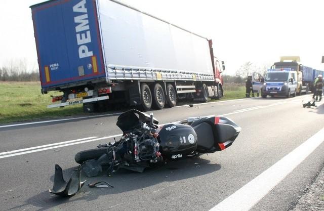 Wypadek motocykla w JeziórkuO sporym szczęściu może mówić 26-letni motocyklista, który doprowadził w środowe popołudnie do wypadku w Jeziórku, na drodze wojewódzkiej nr 871 relacji  Stalowa Wola - Tarnobrzeg. Gdyby nie szybka reakcja jadącego za nim kierowcy ciągnika siodłowego z naczepą, mogło dojść do ogromnej tragedii.Służby ratownicze do zdarzenia wezwane  zostały kwadrans przed godziną 17. Jak dowiedzieliśmy się od kilku uczestników zdarzenia, motocyklista - 26-letni mieszkaniec powiatu tarnobrzeskiego, z niemała prędkością jechał w kierunku Tarnobrzega. W pewnej chwili motocyklista chcąc wyprzedzić jadący przed nim ciągnik rolniczy ursus z przyczepką, odchylił się w lewo i rozpoczął manewr.