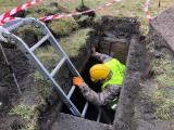 Poznań: Tajemniczy schron odkryty na Łazarzu. Wejście do podziemi skrywał betonowy kwietnik. Zobacz, jak wygląda szczelina przeciwlotnicza