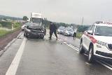 Żubryn. Wypadek na DK8 w gminie Szypliszki. Zderzenie opla ze skodą. Jedna osoba ranna, droga zablokowana [ZDJĘCIA]