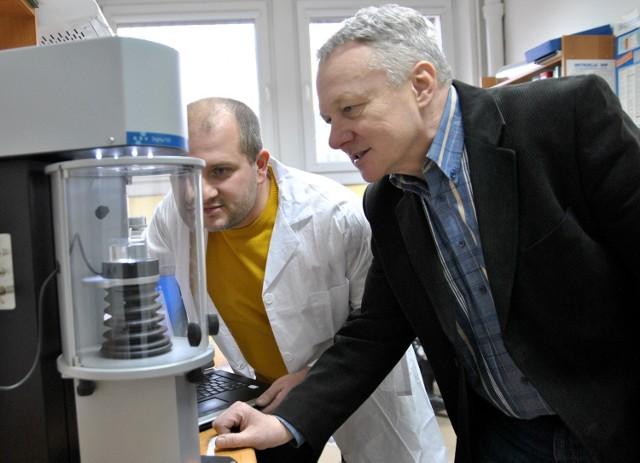 Dr Konrad Terpiłowski z UMCS i Jerzy Frąckiewicz razem ze studentami opracowali metodę, jak stworzyć nowoczesny płyn do czyszczenia