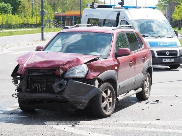 Do groźnego wypadku doszło w środę po godz. 10 u zbiegu ul. Wierzbowej i al. Rodziny  Grohmanów. 27-letni kierowca trafił do szpitala z urazem klatki piersiowej.