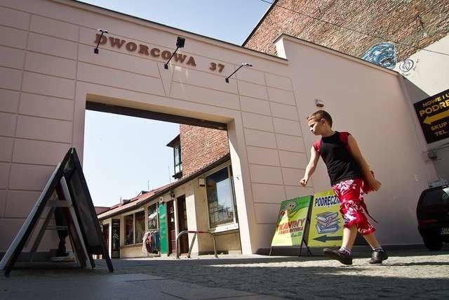 """""""Ściana płaczu"""" przy Dworcowej 37 po interwencji plastyka miejskiego zmieniła oblicze. Chociaż za nią już tak ładnie nie jest"""