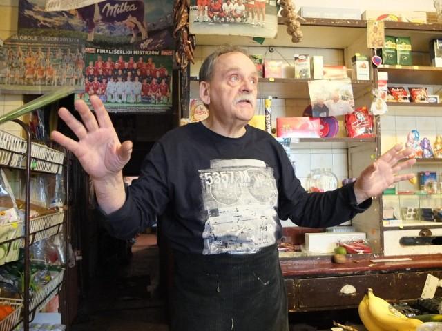 Antoni Przybecki w sklepie kolonialnym wiosną 2018, krótko przed zamknięciem.