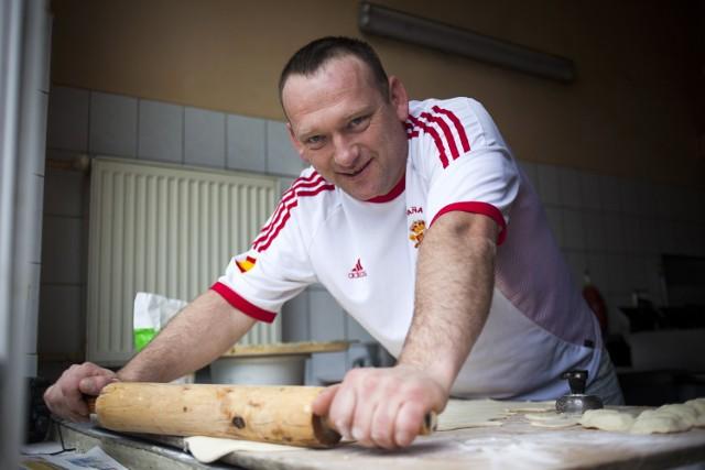Kto powiedział, że smażenie naleśników i lepienie ruskich to babskie zajęcie? Maciek Chuderski, kucharz, który prowadzi tani bar w Krakowie, uważa, że nic mu to z męskości nie ujmuje.