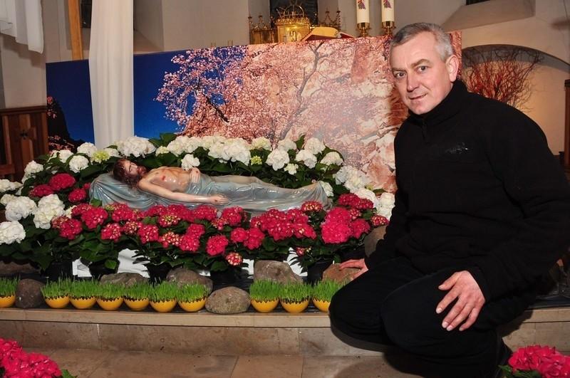- Do ubrania Grobu Pańskiego wykorzystaliśmy kwiaty w patriotycznych, biało-czerwonych barwach – pokazuje ksiądz Andrzej Tuszyński z kościoła świętego Wacława.