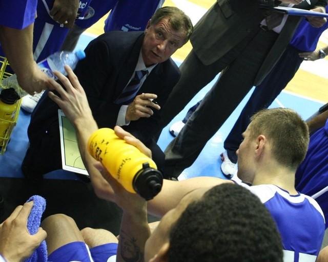 Eugeniusz Kijewski (z tabliczką), szkoleniowiec Basketu Poznań, nie potrafi tak poprowadzić zespołu, by ten znalazł się w górnych rejonach tabeli.