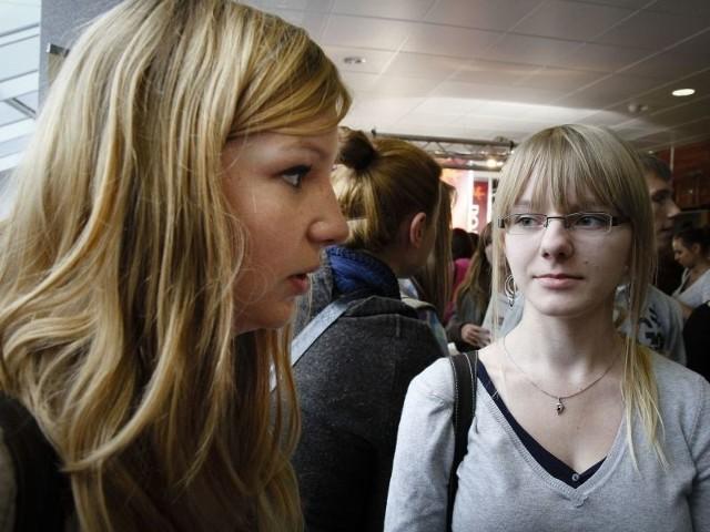 Karolina Toczydłowska (z lewej) i Martyna Łapińska to tegoroczne maturzystki z VII LO. Karolina chciałaby studiować w Gdańsku. Martyna jeszcze się nie zdecydowała. – Dlatego przyszłam pozbierać ulotki, informatory i porozmawiać ze studentami – mówi.