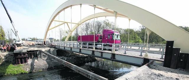 Na ulicy Sułowskiej kierowcy jadą już nowym mostem Widawskim