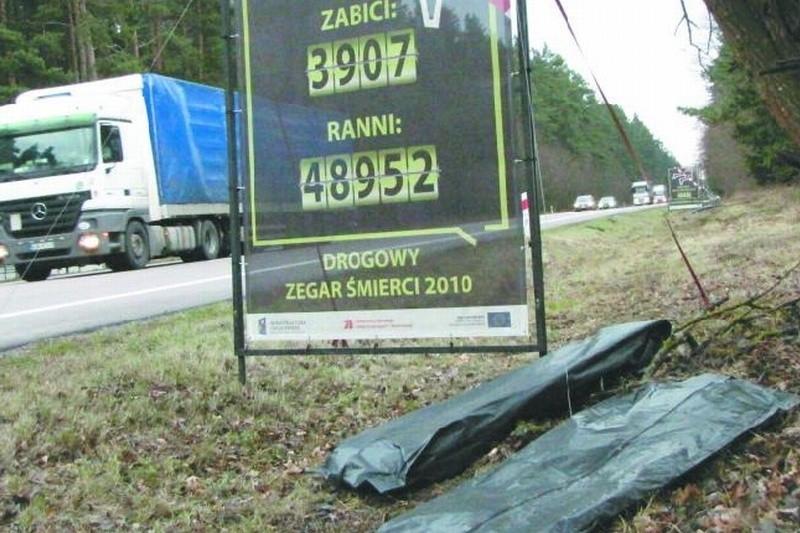 Tablice informujące o liczbie zabitych i rannych w wypadkach drogowych zostały ustawione m.in. przy skrzyżowaniu krajowej ósemki z drogą na Płociczno. Miejsce to zwane jest potocznie skrzyżowaniem śmierci.