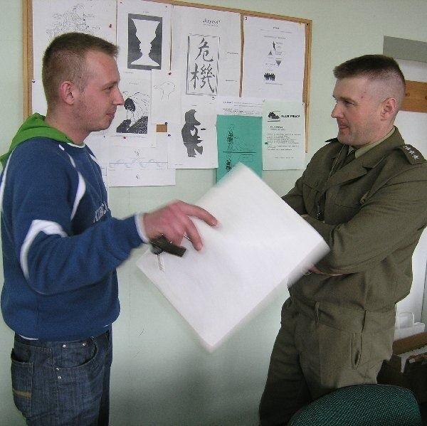 Sebastian Zieliński służył w misji pokojowej w  Libanie. W rozmowie z kpt. Mariuszem  Marciniakiem z WKU powiedział, że nie che  wrócić do armii, tylko przyszedł zorientować się,  w imieniu kolegów.