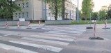Drogowcy zaszaleli. Po ul. Janosika auta jeżdżą zygzakiem. Policja: głupi pomysł!
