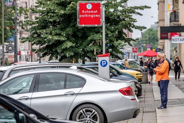 E-identyfikator pozwala na parkowanie w określonej strefie bez konieczności korzystania z parkomatów i jest dostępny przez Internet.