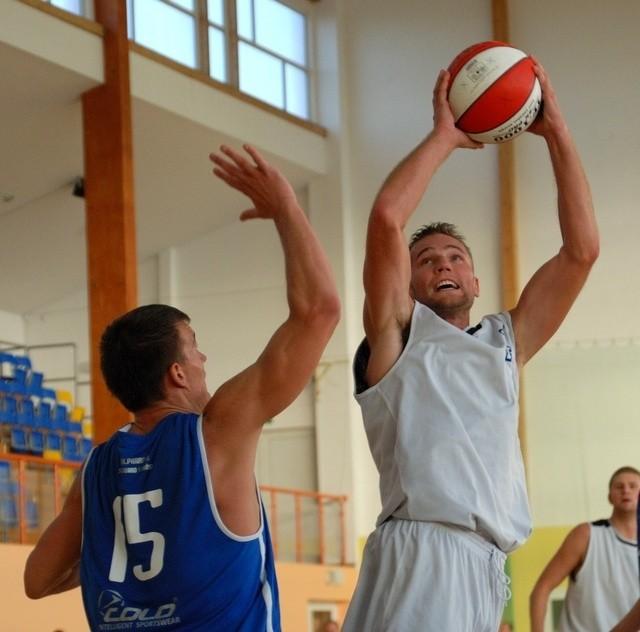 Łukasz Wichniarz (z piłką) zdobył zwycięskie punkty dla Kotwicy.