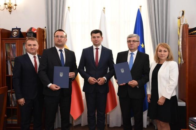 Władze Urzędu Marszałkowskiego i Starostwa Powiatowego w Krakowie po podpisaniu umów na dofinansowanie scaleń