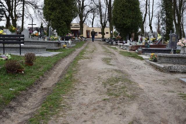 Oprócz głównej drogi na cmentarzu komunalnym w Inowrocławiu, która pokryta jest nawierzchnią bitumiczną, pozostałe alejki tej nekropolii, to drogi gruntowe, które podczas opadów deszczu zamieniają się w grzęzawisko. Pomysł miasta z budową porządnych alejek pokrytych kostką brukową z pewnością zyska uznanie osób odwiedzających groby bliskich