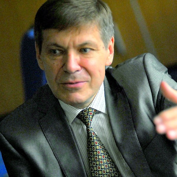 Prof. Grzegorz Opolski: - Po pierwsze, skończmy z paleniem papierosów! Chodzi nie tylko o palenie aktywne, ale i bierne, czyli przebywanie w towarzystwie palaczy. Konieczne jest wprowadzenie w Polsce zakazu palenia w miejscach publicznych. Kardiolodzy się tego domagają! W krajach, które ten zakaz wprowadziły, już po roku liczba zawałów serca zmniejszyła się o 10-15 procent.