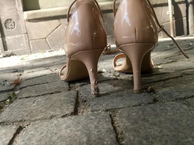 To zdjęcie zrobiłam w środę. Te buty kupiłam w poniedziałek. Trzy dni chodzenia do pracy deptakiem wystarczyły, by po trzech dniach buty wyglądały właśnie tak.